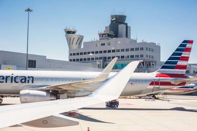 boarding-airplanes-on-san-francisco-sfo-airport-picjumbo-com